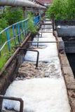 Giftiges Abwasserwasser entladen in den Kanal Lizenzfreies Stockfoto