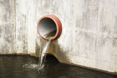 Giftiges Wasser, das von den Abwasserkanälen im schmutzigen Untertageabwasserkanal für ausbaggernde Abflusstunnelreinigung läuft Lizenzfreie Stockbilder