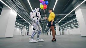 gifting五颜六色的气球的女孩对她的朋友机器人 影视素材