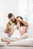 Кольцо пальца человека gifting к ее женщине Стоковые Изображения RF