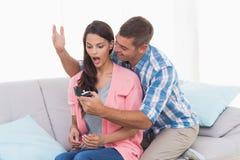 Gifting Ring des Mannes zu überraschter Frau Stockfotografie