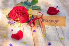 Giftkaart, bon of coupon voor Massage met bloemen voor Moeders of Valentijnskaartendag stock foto