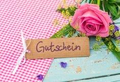 Giftkaart met Duitse woord, Gutschein, middelenbon of coupon met mooie bos van floers royalty-vrije stock foto's