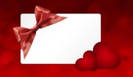 Giftkaart met rode lintboog en harten op rood Stock Afbeelding