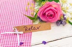 Giftkaart voor Relax met roze roze bloem voor Moeder` s Dag of de Dag van Valentine ` s stock foto's