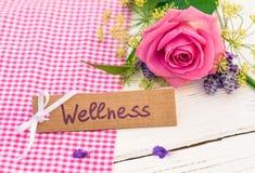 Giftkaart voor wellnessdag, behandeling of weekend met roze roze bloem stock fotografie
