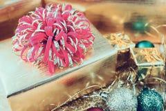 Giftvakje met Kerstmisornamenten op houten lijst stock afbeeldingen