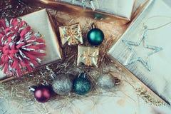 Giftvakje met Kerstmisornamenten op houten lijst royalty-vrije stock afbeeldingen