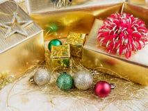 Giftvakje met Kerstmisornamenten op houten lijst royalty-vrije stock afbeelding