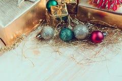 Giftvakje met Kerstmisornamenten op houten lijst royalty-vrije stock fotografie
