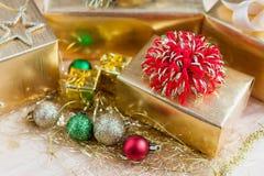 Giftvakje met Kerstmisornamenten op houten lijst royalty-vrije stock foto's