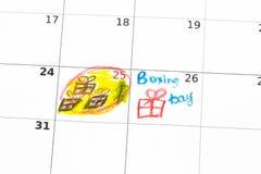 Giftvakjes en kalenderlijst op houten lijst Tweede kerstdagconcept Stock Foto's