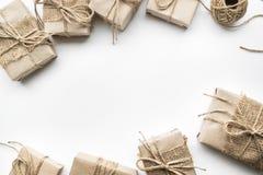 Giftvakjes inzameling in kraftpapier-document op wit wordt verpakt dat royalty-vrije stock afbeeldingen