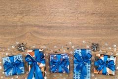 Giftvakjes samenstelling op houten lijst Vlak leg tekstruimte Stock Foto's