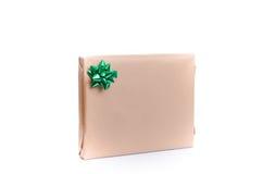 Giftwrapped gåva med en dekorativ grön pilbåge Fotografering för Bildbyråer
