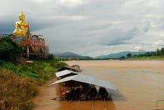 Gigant Buddha blisko Mekong rzeki przy Złotym trójbokiem. Maczanka Ruak, Tajlandia Zdjęcia Stock