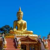 Gigant guld- Buddha på Wat Hua Lang i Lotus ställing Arkivfoto