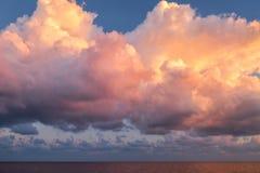 Gigant menchie chmurnieją na wschód słońca ranku czasie unosi się nad morzem po burzy obrazy stock