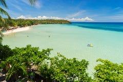 Gigant plaża biały piasek pod błękitnym tropikalnym niebem Obraz Royalty Free