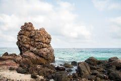 Gigant skała na plaży przy KhoLan wyspą, Pattaya miasto Fotografia Royalty Free
