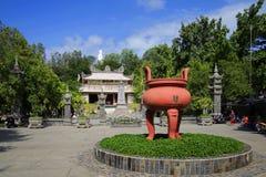 Giganta brązowy kadzidłowy palnik przed antyczną pagodą Tęsk Sean nha trang Vietnam Zdjęcie Royalty Free