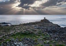 Giganta droga na grobli, turystyczne sylwetki i słońce promienie, Obraz Royalty Free