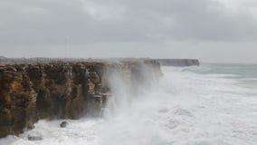 Giganta Hercules fala łamają nad brzeg w Sagres Costa Visentina zdjęcie wideo