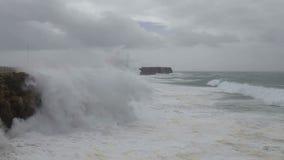 Giganta Hercules fala łamają nad brzeg w Sagres Costa Visentina zbiory