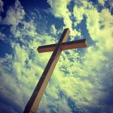 Giganta krzyż na wzgórzu w Bendiorm Spain zdjęcie stock
