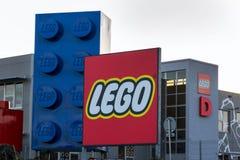 Giganta Lego cegły przed Lego Grupują firma logo produkcji rośliny zdjęcie royalty free