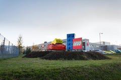 Giganta Lego cegły przed Lego Grupują firma logo produkcji rośliny zdjęcie stock