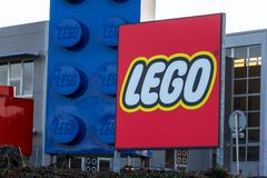 Giganta Lego cegły przed Lego Grupują firma logo produkcji rośliny zdjęcia royalty free
