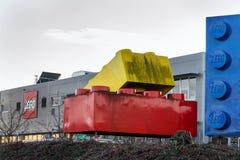Giganta Lego cegły przed Lego Grupują firma logo produkcji rośliny fotografia stock