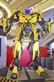 Giganta model Bumblebee od transformatorów obrazy stock