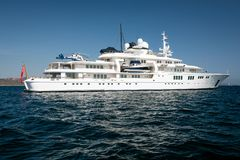 Giganta motorowy jacht w błękitnym morzu Obraz Stock