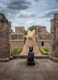 Giganta Nandi byk w Hinduskiej świątyni - pionowo orientacja Obrazy Royalty Free