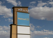 Gigante al por menor Walmart del descuento Fotografía de archivo