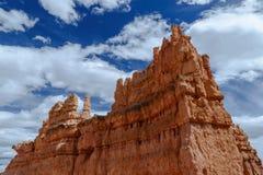 Gigante Bryce Canyon Hoodoo contra o céu azul nebuloso Imagens de Stock Royalty Free