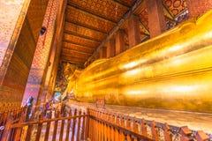 gigante Buda grande de oro de descanso Imagenes de archivo