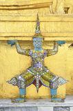 Gigante da estátua com pagoda dourado Fotografia de Stock Royalty Free