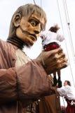 Gigante de Liverpool e liliputiano grandes, andando as ruas em Liverpool foto de stock royalty free