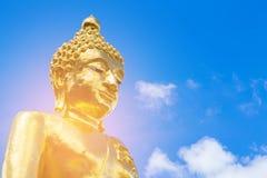 Gigante de oro Buda con el cielo azul Imágenes de archivo libres de regalías