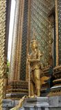 Gigante de oro de Yaksa en la decoración llena que guarda el templo real Foto de archivo