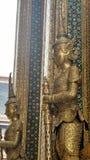 Gigante dourado de Yaksa na decoração completa que guarda o templo real Imagem de Stock