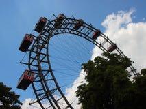 Gigante Ferris Wheel de Viena com as grandes cabines vermelhas Foto de Stock