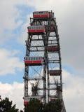 Gigante Ferris Wheel de Viena com as grandes cabines vermelhas Foto de Stock Royalty Free