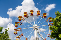 Gigante Ferris Wheel In Fun Park en el cielo azul Imagen de archivo libre de regalías