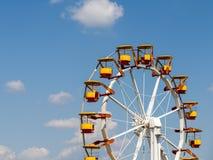 Gigante Ferris Wheel In Fun Park en el cielo azul Foto de archivo