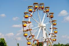 Gigante Ferris Wheel In Fun Park en el cielo azul Imagen de archivo