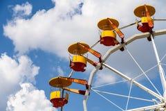 Gigante Ferris Wheel In Fun Park en el cielo azul Imágenes de archivo libres de regalías